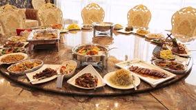 Ristorante cinese nell'hotel Tavola rotonda con la torsione dei piatti di cucina cinese stock footage