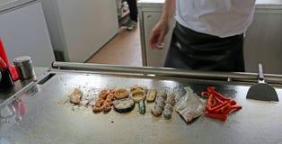 Ristorante con gli alimenti arrostiti e un solo pesce Fotografie Stock Libere da Diritti
