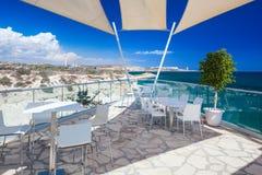 Ristorante con una bella vista del mare vicino alla spiaggia di Kalymnos Fotografia Stock