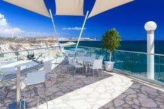 Ristorante con una bella vista del mare vicino alla spiaggia di Kalymnos Immagine Stock