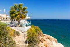 Ristorante con una bella vista del mare vicino alla spiaggia di Kalymnos Fotografie Stock