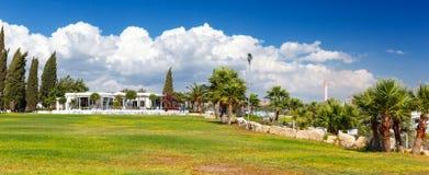 Ristorante con una bella vista del mare vicino alla spiaggia di Kalymnos Immagine Stock Libera da Diritti
