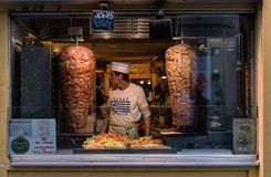 Ristorante degli alimenti a rapida preparazione di kebab di Doner a Parigi Francia fotografie stock libere da diritti
