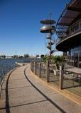 Ristorante del caffè della riva del lago con la torretta dell'allerta Immagini Stock