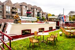 Ristorante del pancake in una barca nel canale nella città di Zwolle nel Netherland immagini stock libere da diritti