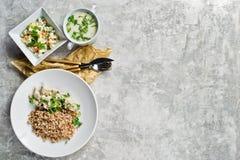 Ristorante del pranzo di lavoro del menu, filetto alla Stroganoff, insalata verde e minestra di pollo Fondo grigio, vista superio fotografia stock
