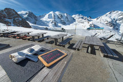 Ristorante dell'alta montagna della barra del terrazzo con il ghiacciaio del fondo Fotografia Stock