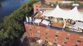 Ristorante di estate del tiro di Quadrocopter sul tetto di vecchia costruzione di mattone a Mosca nel giorno di estate La gente video d archivio