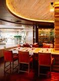 Ristorante di lusso asiatico dell'hotel di stile con le mobilie colourful fotografie stock libere da diritti