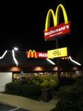 Ristorante di McDonalds alla notte Fotografia Stock Libera da Diritti