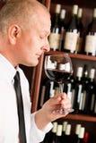 Ristorante di vetro del vino rosso dell'odore del cameriere della barra Fotografie Stock Libere da Diritti