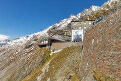 Ristorante di visita della gente e piattaforma di osservazione del ghiacciaio di Grossglockner, Austria Immagine Stock Libera da Diritti