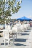 Ristorante e barca greci tipici fotografia stock libera da diritti
