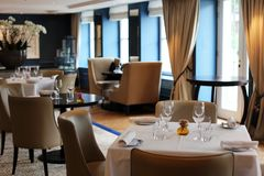 Ristorante elegante e moderno di classe a Amsterdam, Paesi Bassi in Europa Sedili, tavole e lampade all'hotel premio di lusso immagini stock libere da diritti