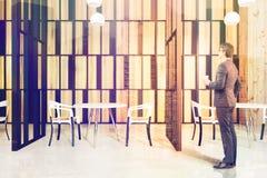 Ristorante interno, pareti di legno, uomo Fotografie Stock