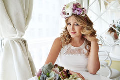 Ristorante luxary di trucco dei capelli del vestito dalla bella donna bionda Fotografie Stock