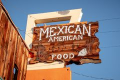 Ristorante messico-americano nel villaggio storico del pino solo - PINO SOLO CA, U.S.A. - 29 MARZO 2019 fotografia stock libera da diritti