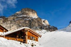 Ristorante in montagne sulla località di soggiorno di corsa con gli sci di Colfosco Immagine Stock