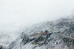 Ristorante o rifugio sulla sommità della montagna Immagini Stock
