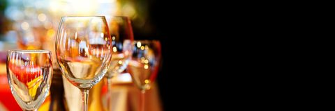 Ristorante romantico di natale interno con le belle stoviglie delle terrecotte Fondo di cristallo di evento di feste di vetro di  fotografia stock libera da diritti