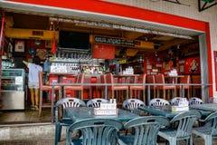 Ristorante rosso della via in Hong Kong immagine stock