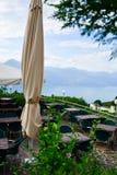 ristorante sopra il lago garda, Italia Immagine Stock