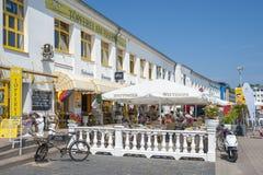 Ristorante sulla passeggiata del porto in Sassnitz fotografia stock libera da diritti