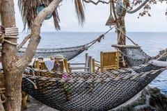 Ristorante tailandese con le amache su una scogliera sopra l'oceano Immagini Stock