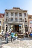 Ristorante in un vecchio palazzo sul quadrato centrale del Brasov anziano in Romania fotografia stock libera da diritti