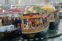 Ristoranti tradizionali del pesce in mare a Costantinopoli, Turchia Fotografia Stock