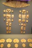 Risultati dalla tomba di asta cilindrica: Ornamenti dell'oro immagini stock