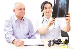 Risultati dei test del dottore And Patient- X-ray Fotografia Stock