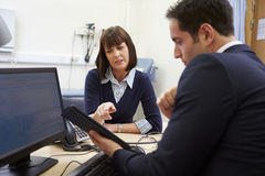 Risultati del dottore Showing Patient Test sulla compressa di Digital fotografie stock