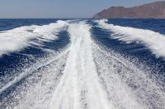 Risveglio ad alta velocità della barca in mar Egeo Immagine Stock