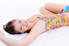 risveglio alto felice della ragazza caucasica attraente immagini stock libere da diritti
