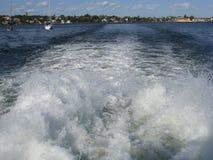 Risveglio d'accelerazione della barca sul mare Fotografie Stock Libere da Diritti