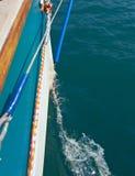 Risveglio dell'acqua dietro l'yacht Fotografia Stock Libera da Diritti