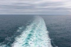 Risveglio della barca nel mare, un giorno grigio Ciò è la vista dietro corrente alternata Immagini Stock Libere da Diritti