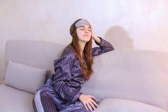 Risveglio della donna dopo il sogno nel buon umore in camera da letto sullo strato Immagine Stock Libera da Diritti