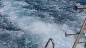 Risveglio della nave sull'oceano La traccia della schiuma dell'acqua dietro la grande nave va fino all'orizzonte stock footage
