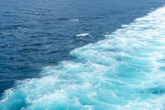 Risveglio di acqua creato in nave che navigazione attraverso l'acqua di mare calmo fotografie stock