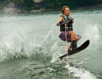 Risveglio di salto dello sciatore di slalom del ragazzo Fotografia Stock