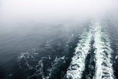 Risveglio o traccia della nave da crociera sulla superficie dell'oceano Immagini Stock