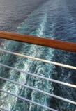 Risveglio visto attraverso un'inferriata da una nave da crociera fotografie stock