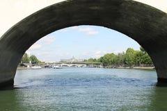 Rit met riverboat in Parijs stock afbeeldingen