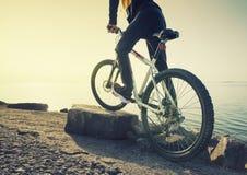 Rit op fiets op het strand Stock Fotografie