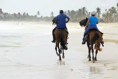 Rit op horseback op het strand Royalty-vrije Stock Foto's