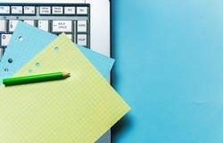 Rita, gulna, slösa Notepadark för att anteckna och bärbar dator kontorsproblemläge som löser tema royaltyfri fotografi