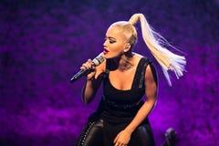 Rita Ora Live ai premi di MOBO, arena di Leeds, Regno Unito immagini stock libere da diritti