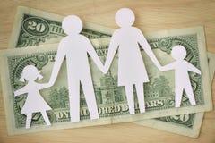 Ritaglio di carta sulle banconote dei dollari - concep della famiglia del bilancio familiare fotografia stock libera da diritti